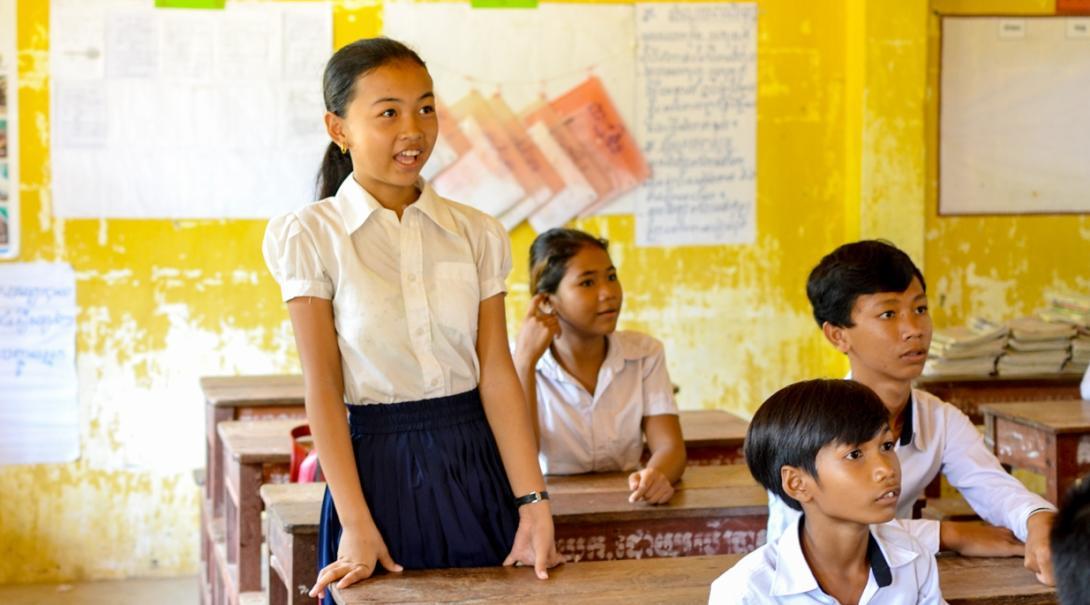 カンボジアの学校で学ぶ現地の子供たち